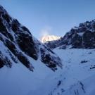 wschód słońca nad wyłaniającą się Annapurną I (8091 m) - dziesiątym najwyższym szczytem świata
